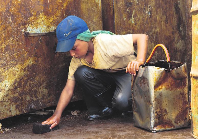 KINDERSCHUTZ168 Millionen Kinder sind gezwungen, zum Lebensunterhalt ihrer Familie beizutragen – oft unter gefährlichen Bedingungen. Omar (12) aus Syrien musste auf einmal für Mutter und Bruder sorgen, nachdem sein Vater getötet wurde. Mit einem Schwamm saugt er Benzin vom Boden auf und verkauft abends die gesammelten Reste.