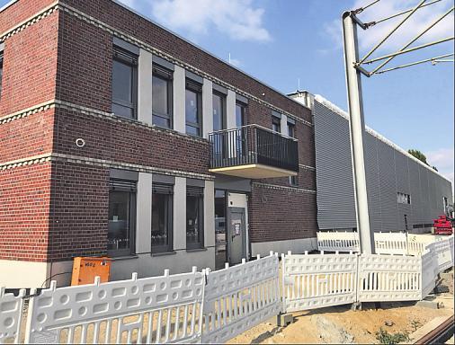 Das neue Fahrdienstgebäude mit Klinkerfassade.