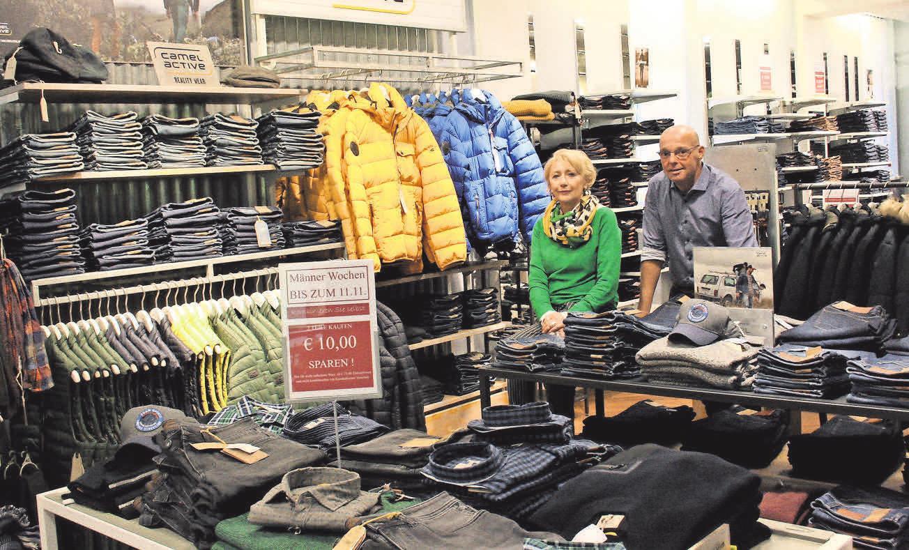 Karola Höhner und Carsten Behncke stehen den Kunden in der Herrenabteilung hilfreich zur Seite – nicht nur während der Männerwochen.
