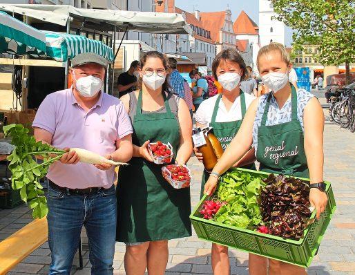 Genial regional: Pafländerinnen mit Co-Vorstand Markus Käser und Vorsitzende Barbara Weichselbaumer (3. v. Links) auf dem Pfaffenhofener Hauptplatz. Foto: Herchenbach