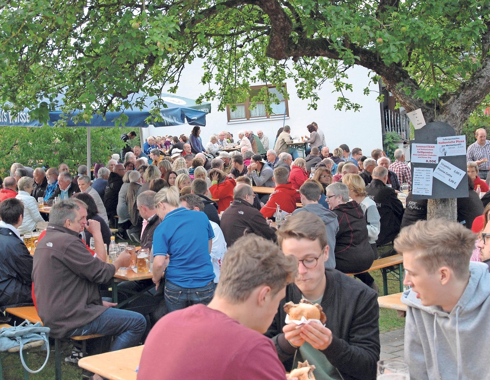 Das Lindenfest in Neustädtlein ist jedes Jahr ein Garant für einen lauschigen Abend mit guter Musik, leckerem Essen und netten Gesprächen. Fotos: Dieter Jenß