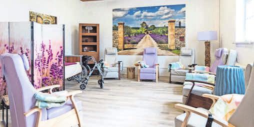 Eine gemütliche Ruheoase: Bequeme Sessel sowie ein Pflegebett laden die Gäste zum Entspannen ein. Fotos (2): rk