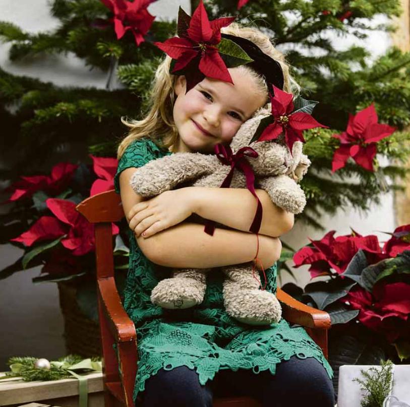 Zu Weihnachten wird nicht nur das eigene Zuhause prachtvoll geschmückt. In vielen Familien ist es auch Tradition, sich festlich zu kleiden. Foto: Stars for Europe