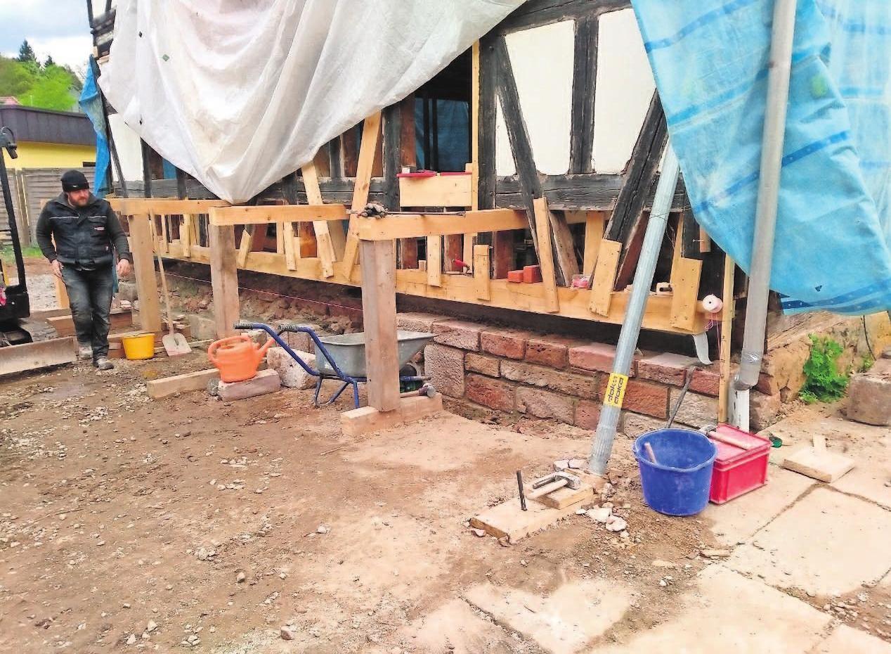Herausforderungen für viele Gewerke: Hier schwebt die Mühle praktisch, um das Fundament zu erneuern. Fotos: Siegler (2), Lemme (3)