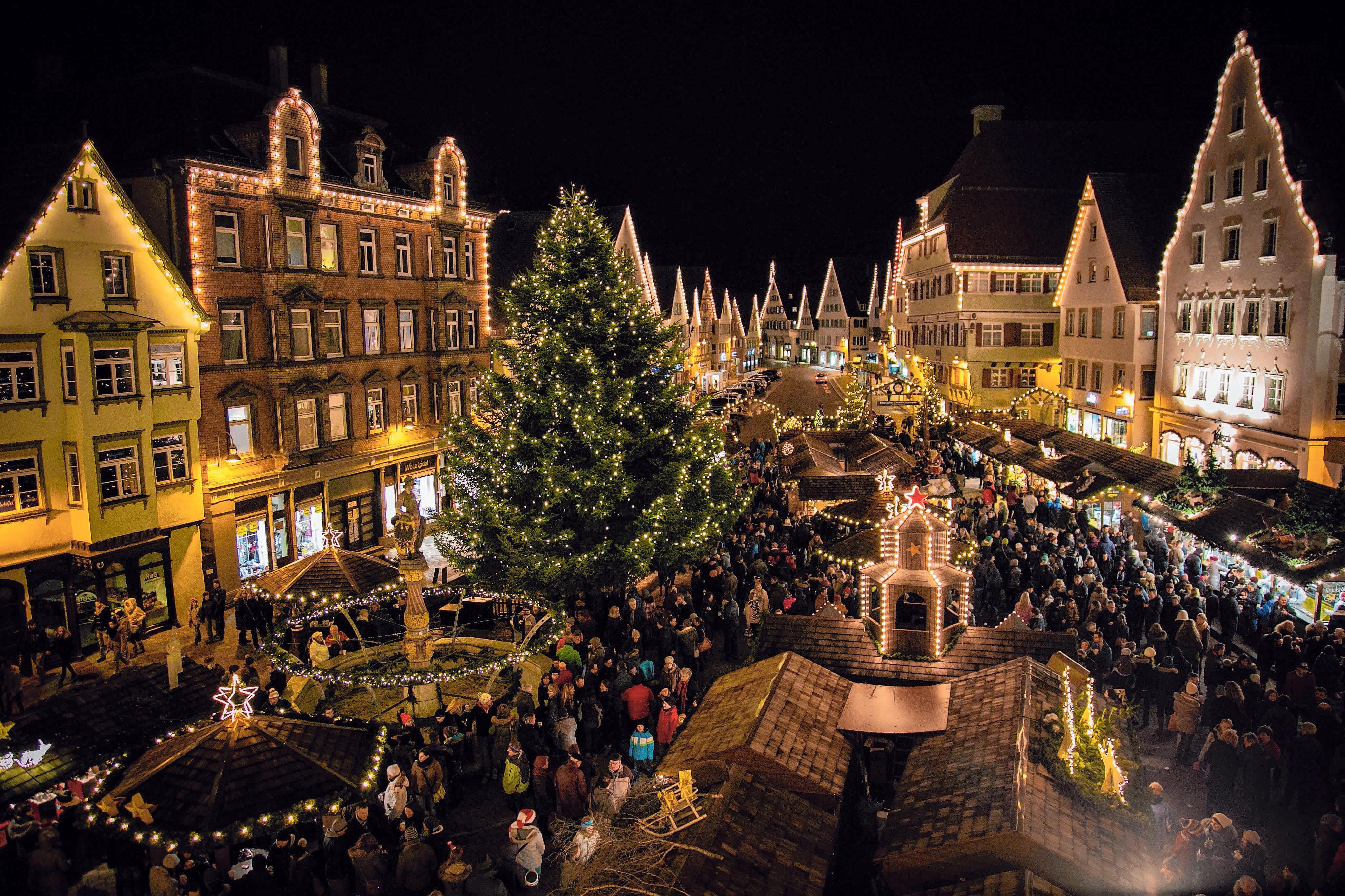 """Das Büchlein """"Geschichten aus dem Weihnachtshimmel feiert auf dem Biberacher Christkindles- Markt sein 20. Jubiläum. FOTO: GERD MÄGERLE"""