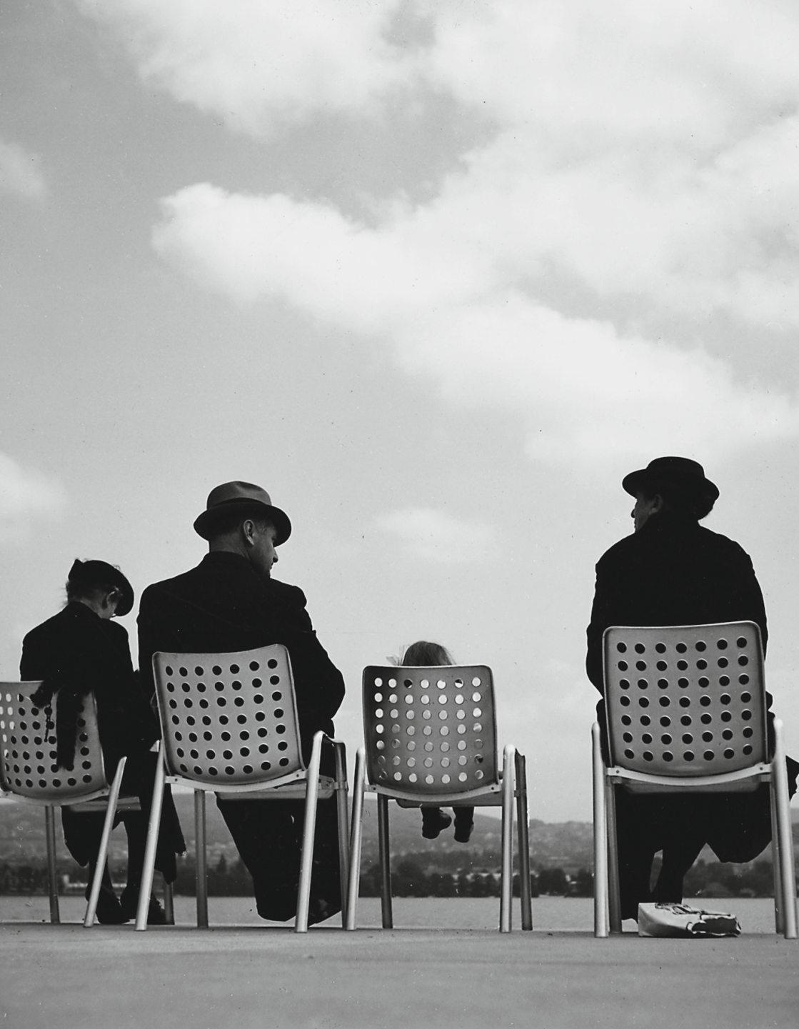 Rund 1500 Stück des Landi-Stuhls wurden für die Ausstellung 1939 hergestellt. Diese wurden dann auch fleissig für eine Pause genutzt. Bild: Stadtarchiv Zürich