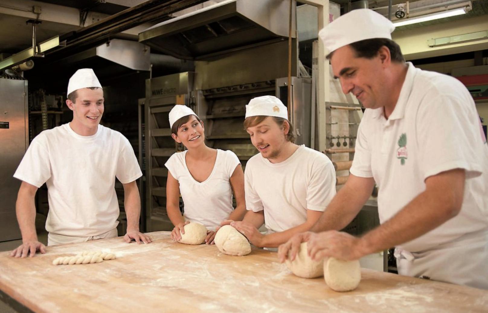 Der Bäckermeister zeigt den Azubis die Knettechnik. Bilder: Werbegemeinschaft des Deutschen Bäckerhandwerks e. V.