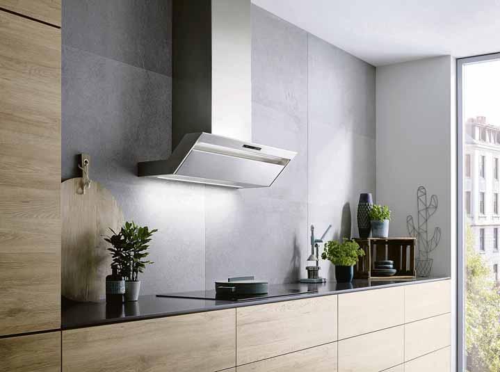 Direkt über dem Kochfeld montiert, sorgt diese Design-Wandhaube im abgeschrägten Design für volle Kopffreiheit sowie für eine hohe Effizienz bei der Absaugung und Luftreinigung.Fotos (3): AMK)