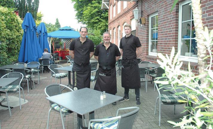 """Das Team des Restaurants """"Rhodos"""" in Rellingen bedient seine Gäste auch gern auf der Terrasse"""