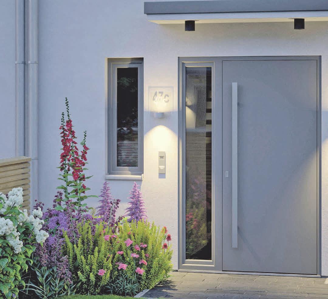 Ein hell beleuchteter Hauseingang erleichtert die Orientierung und wirkt gleichzeitig auf Einbrecher wenig einladend. Foto: djd/ Paulmann Licht