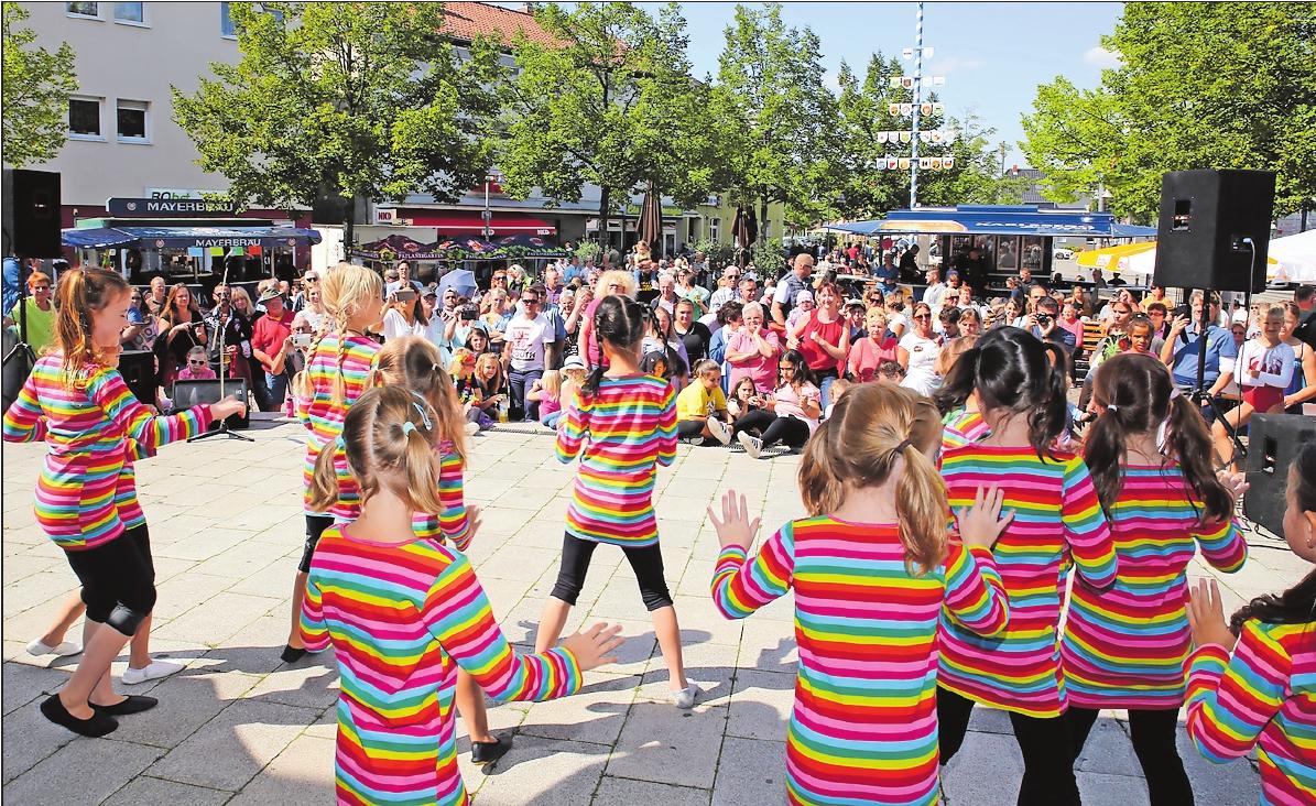 Bunt, peppig und fit: Beim Showprogramm auf der Rathausterrasse zeigen Mitglieder der Oggersheimer Vereine, was sie einstudiert haben. FOTO: RIBIC