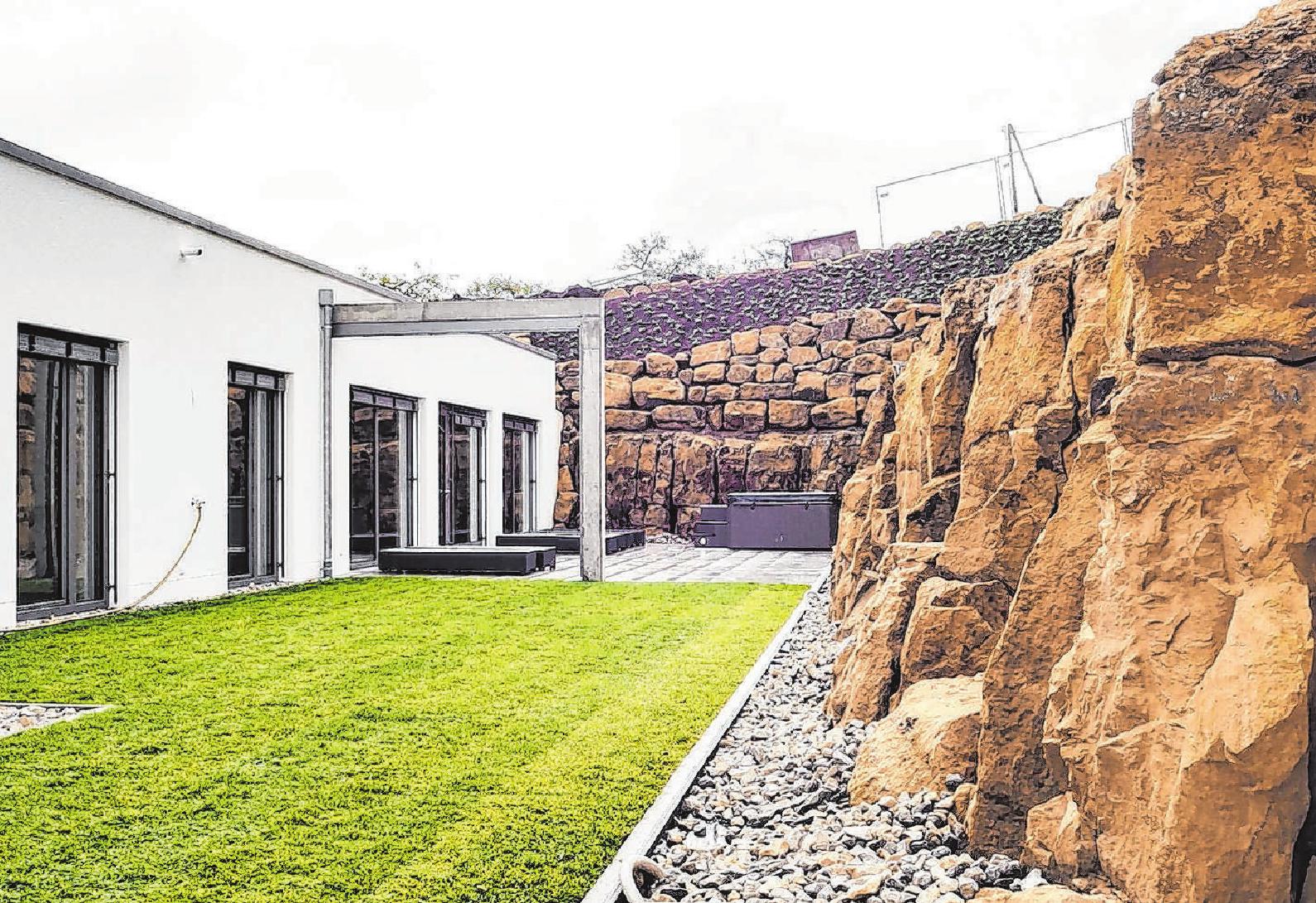 Der Neubau in der Dieselstraße präsentiert sich klassisch-modern – mit schlicht-eleganter weißer Fassade, Flachdach und großen Fensterflächen. Fotos: Nadine Wilmanns