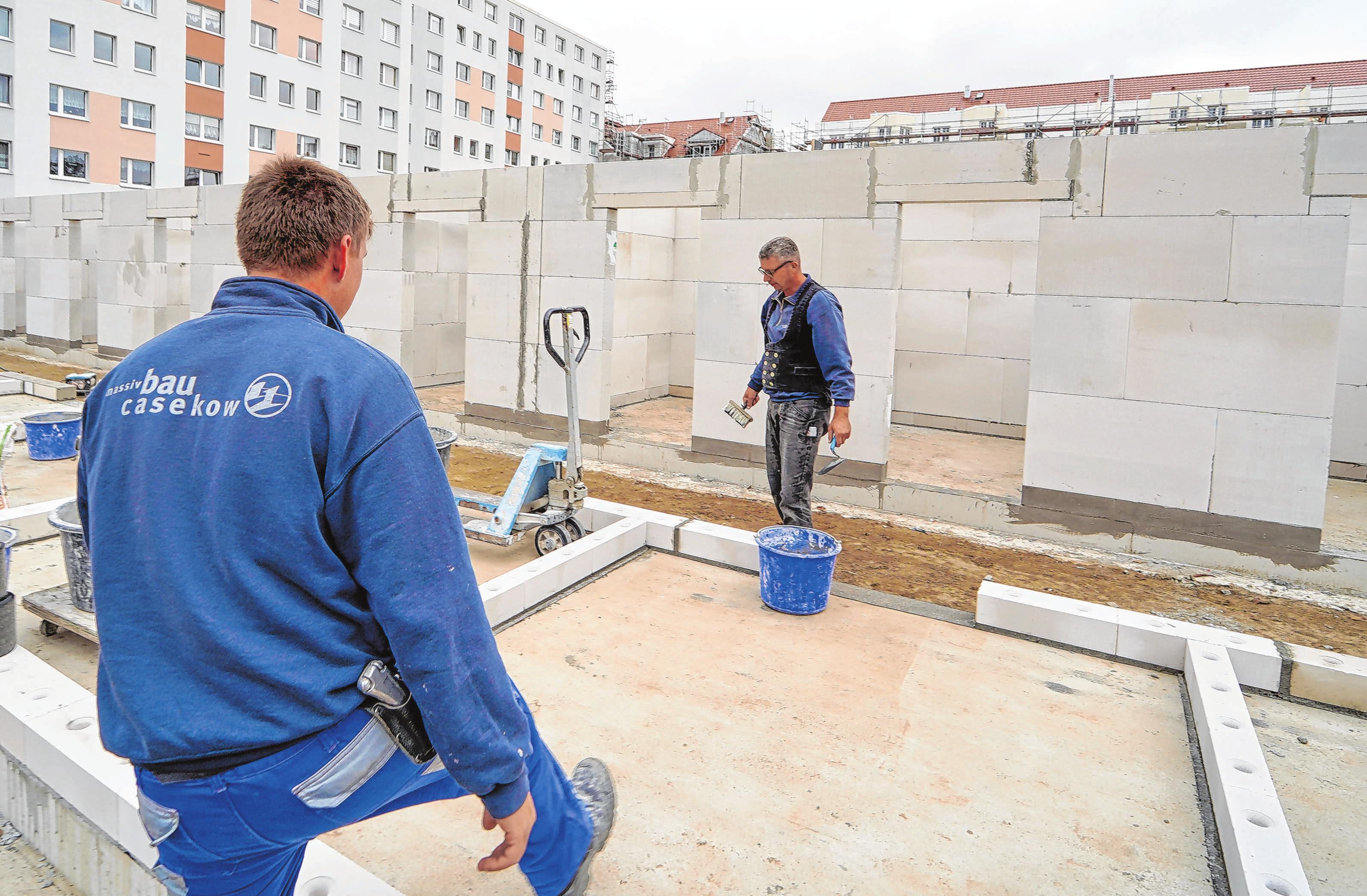 Aktuell im Einsatz: Bauarbeiter der massivBau GmbH Casekow sind derzeit unter anderem am Augustiner Tor in Schwedt gefragt, wo am Garagenkomplex gebaut wird. Außerdem gibt es für die Männer noch mehr zu tun, unter anderem am Wassersportzentrum, an der Astrid-Lindgren-Schule und auch auf dem Gelände des Jüdischen Ritualbades in Schwedt. Fotos: MMH/Oliver Voigt