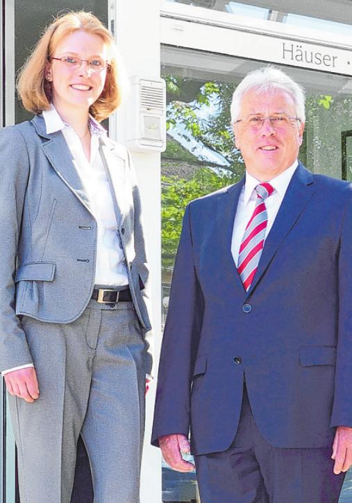Britta Zimmermann (Dipl. Immobilienwirtin (DIA)) und Wilhelm Zimmermann (Inhaber) freuen sich auf Ihre Anmeldung!