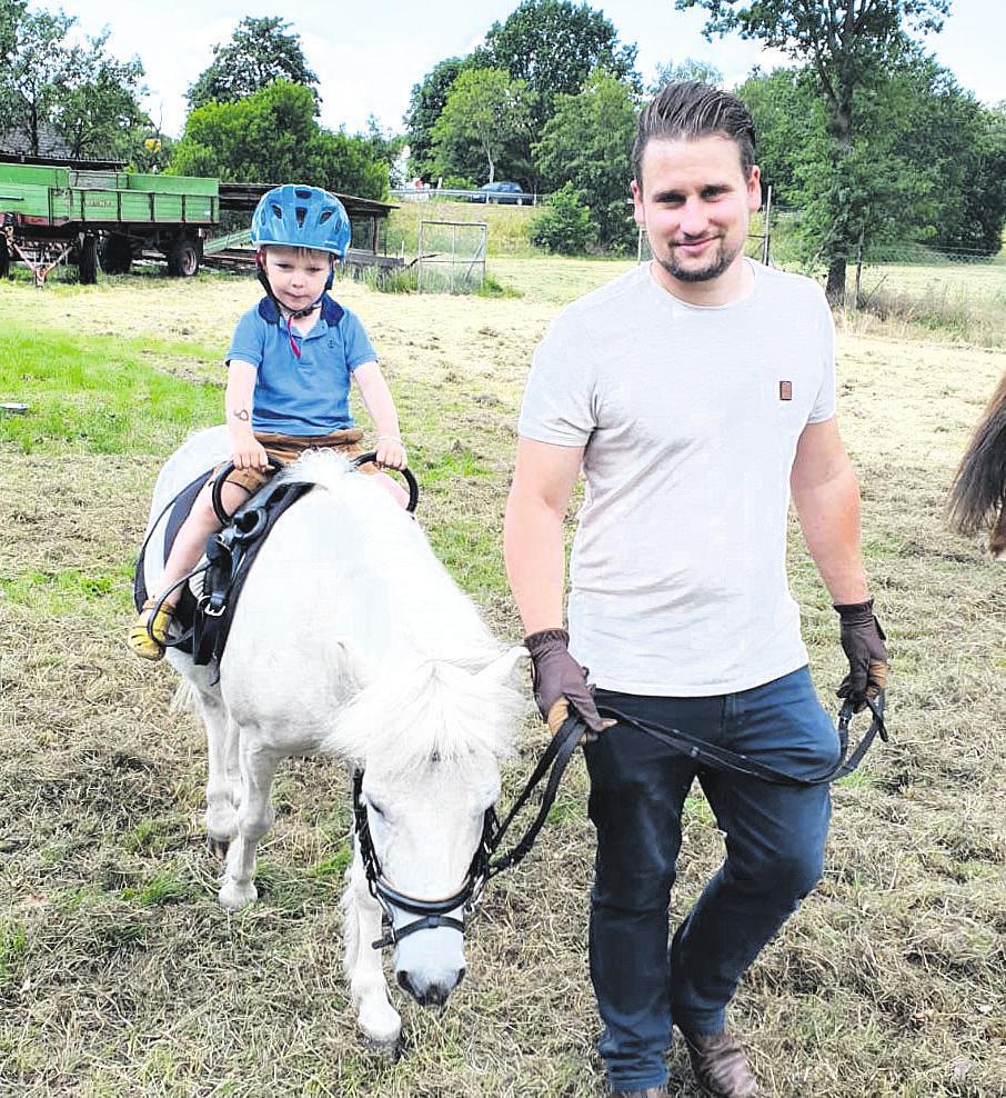 Das Ponyreiten war für viele Kinder ein Highlight bei dem Sommerfest. Hier sitzt Joshua Seydler oben auf - Patrick Brosy führt den jungen Vierbeiner. Foto: Yomah Seydler