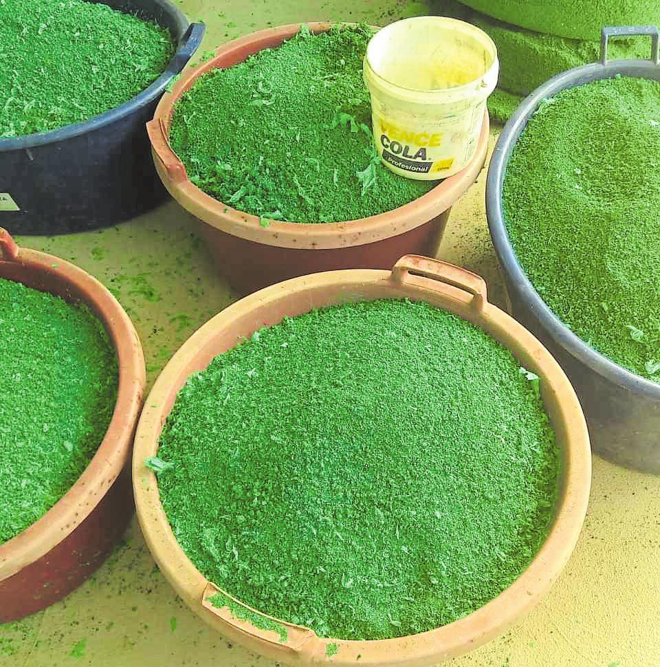 Les plastiques utilisés dans les plantations sont transformés en granulés pour créer des cornières de protection.
