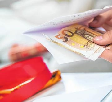 Es mag nicht so kreativ sein, doch mit etwas Geld im Umschlag ist man bei Enkeln und Urenkeln oft auf der sicheren Seite. Foto: Christin Klose/dpa