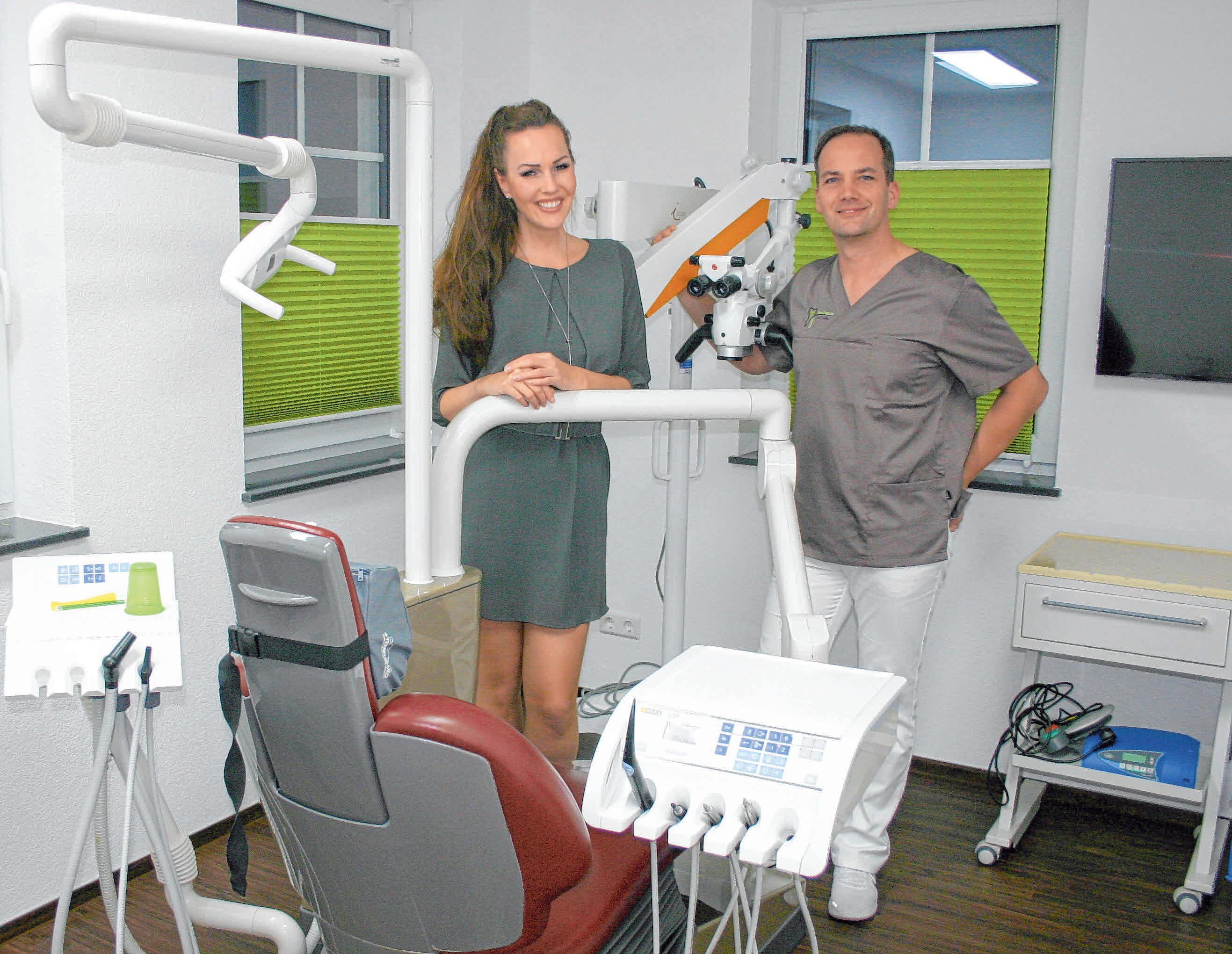 Dr. Sven Grünhagen als Zahnarzt und Ehefrau Heike als zahnmedizinische Fachangestellte kümmern sich in modern ausgestatteten Behandlungszimmern um die Patienten.