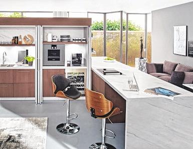 Modulares Raumkonzept: Alles, was man zur Essenszubereitung benötigt, ist in zwei Multifunktionsschränken mit Einschubtüren (Pocket Doors) untergebracht. Foto: AMK