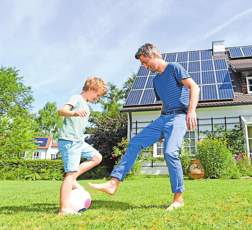 Im Frühling und Sommer produziert die Photovoltaik-Anlage Strom. Nutzen kann man diesen auch im Herbst und Winter. FOTO: DJD/SENEC/ SHUTTERSTOCK/ALTRENDO IMAGES
