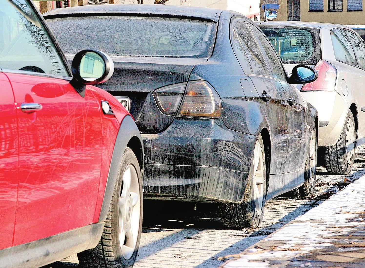 Streusalz wirkt wie Schleifpapier: Wird der Winterdreck einfach nur mit einem feuchten Tuch vom Wagen abgewischt, können die Kristalle auf dem Lack Kratzer hinterlassen. FOTO: DPA