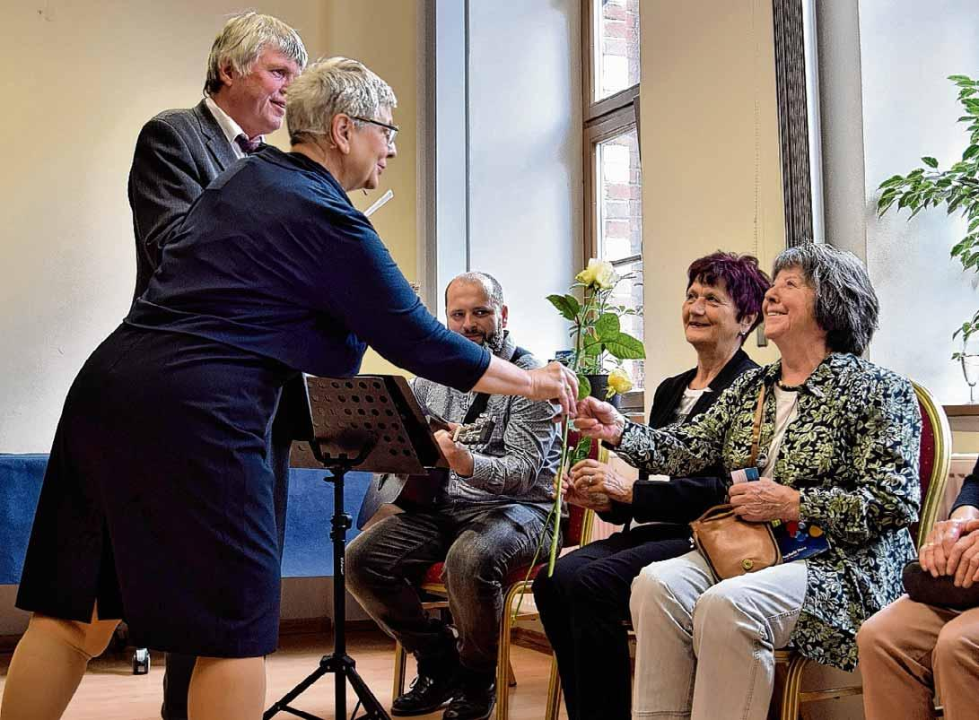 Landrat Martin Skiebe und Geschäftsführerin Herma Alpermann gratulieren langjährigen Dozenten der Einrichtung. Foto: Eileen Drescher