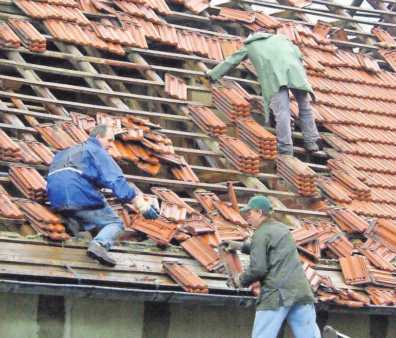 Dachdecker decken nicht nur neue Häuser professionell ein, sie sanieren auch im Schadensfall.