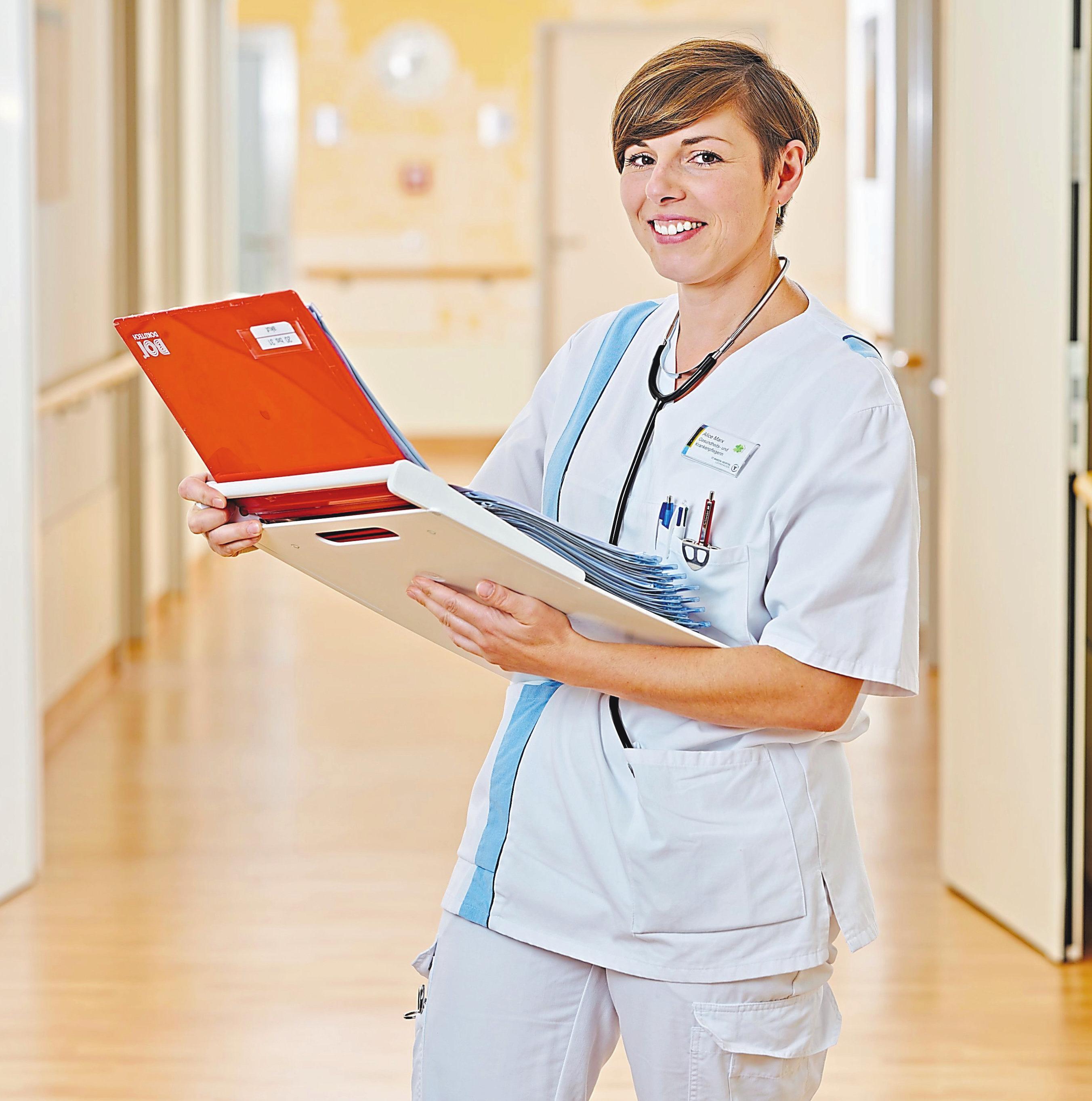 Alice Marx ist ausgebildete Gesundheits- und Krankenpfleger. Gemeinsam mit weiteren Kolleginnen und Kollegen unterstützt sie die Pflege-Personalkampagne. Fotos: St. Marien-Hospital Lüdinghausen