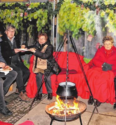 Gemütliches Stelldichein bei der Feuerzangenbowle – während der Veitshöchheimer Altortweihnacht. FOTO: VGV