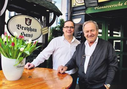 Gerd Jäpel und Friedrich Budde laden am kommenden Wochenende zur großen Geburtstagsfeier mit Maibock-Anstich ein.
