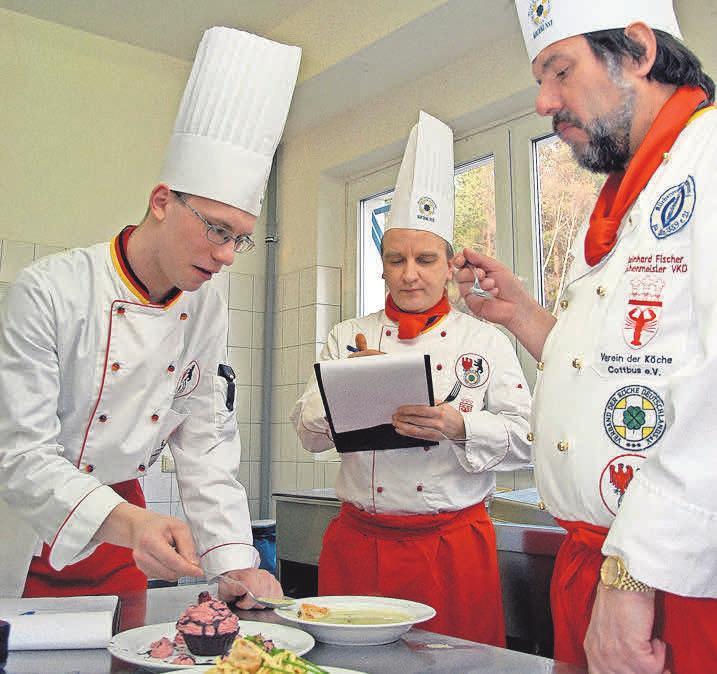 Koch im öffentlichen Dienst: In Kantinen servieren die Angestellten schmackhafte und gesunde Gerichte. Foto: Pixelio.de, Joachim Schiemenz