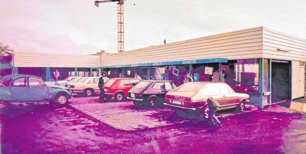 Ein Blick auf die Fassade der ersten Waschstraße in den 70er-Jahren mit davor befindlichen Stellplätzen für weitere Fahrzeugpflege. Foto: Firma