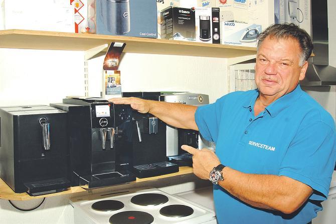 Inhaber Joachim Scholz präsentiert einen Vollautomaten