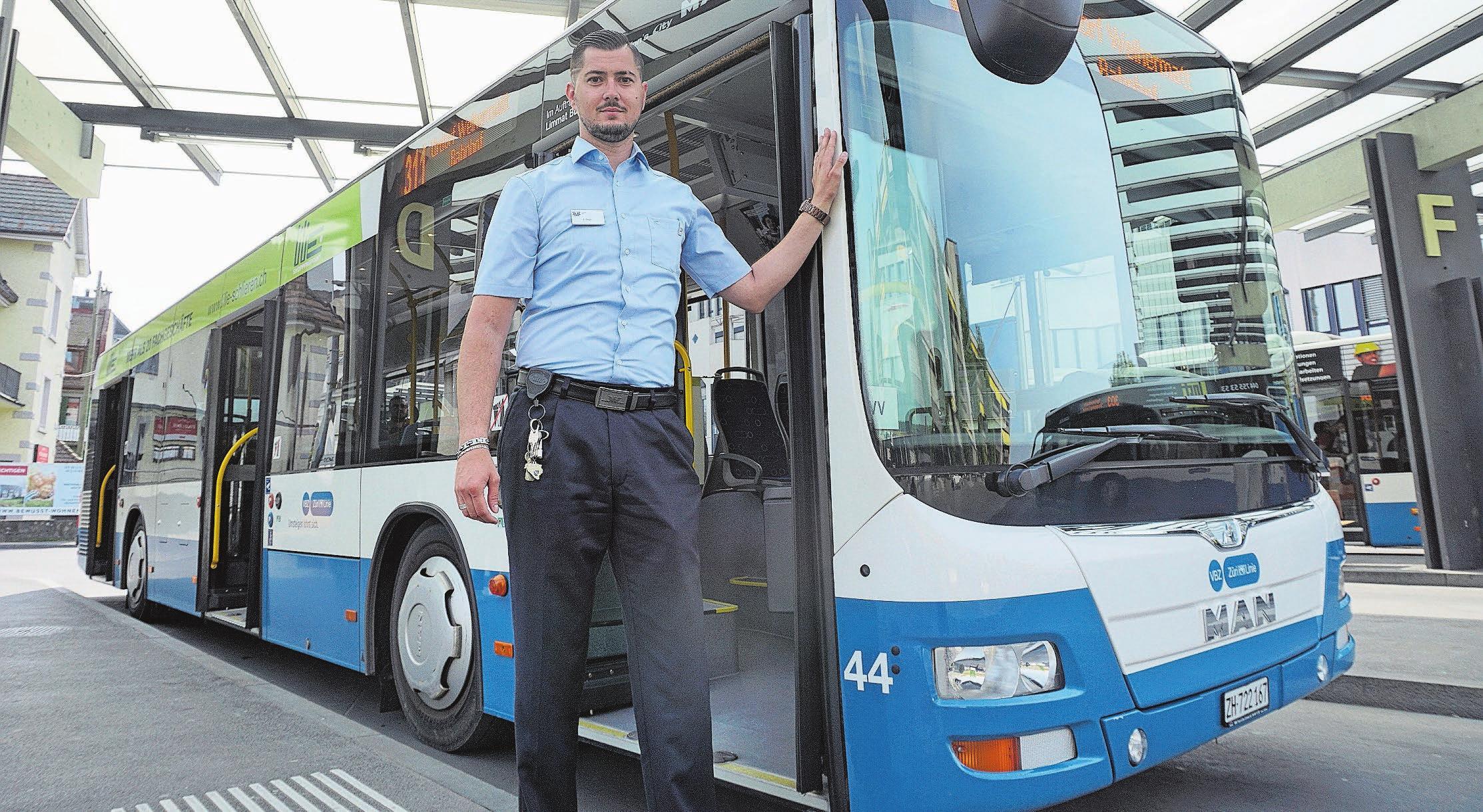 Armin Begic ist als Buschauffeur für die Limmat Bus AG in der Region Dietikon unterwegs. Bild: Luc Müller