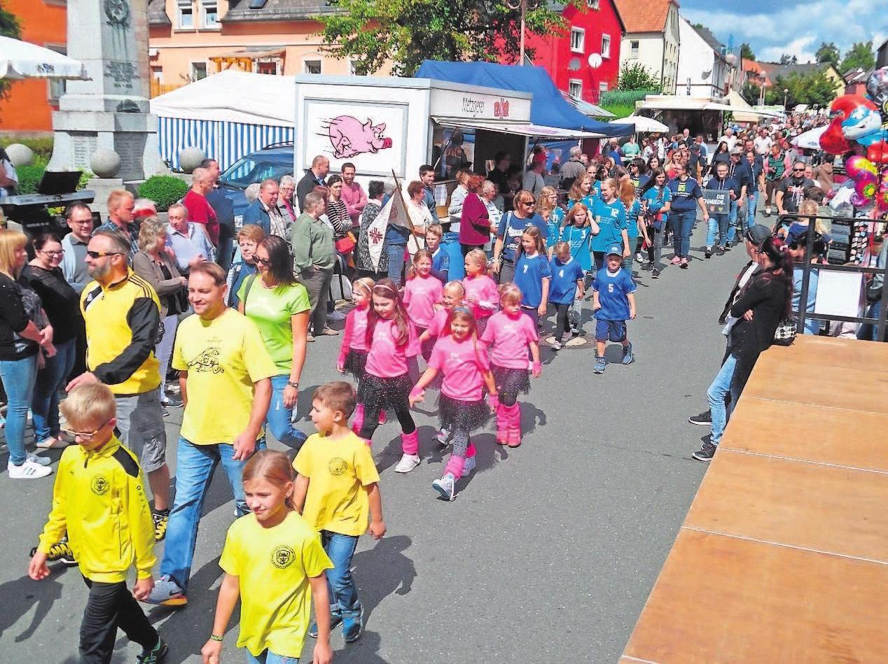Ein Höhepunkt des Straßenfestes ist der Festzug unter den Klängen des heimischen Musikvereins.