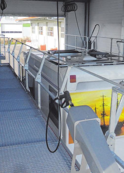 Von einem Laufsteg aus lassen sich Fahrzeugdächer bequem und kinderleicht putzen.