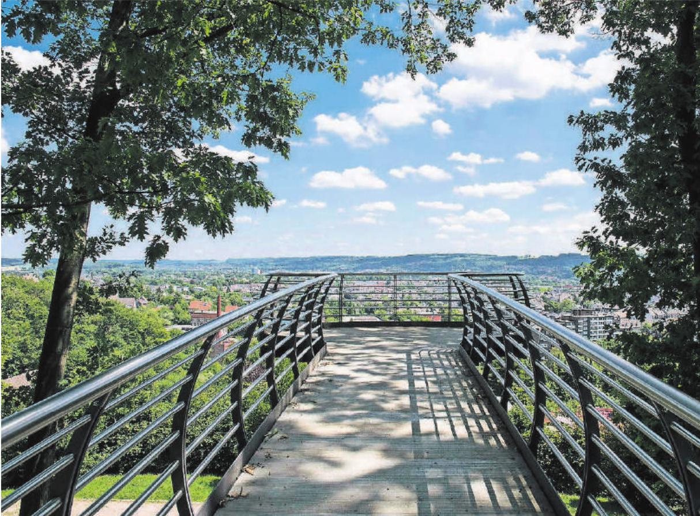 Im Nordpark mit seinen ausgedehnten Grünflächen ist der Skywalk gebaut worden. Die 16 Meter lange Plattform bietet einen tollen Blick über Wuppertal und das Bergische Land.
