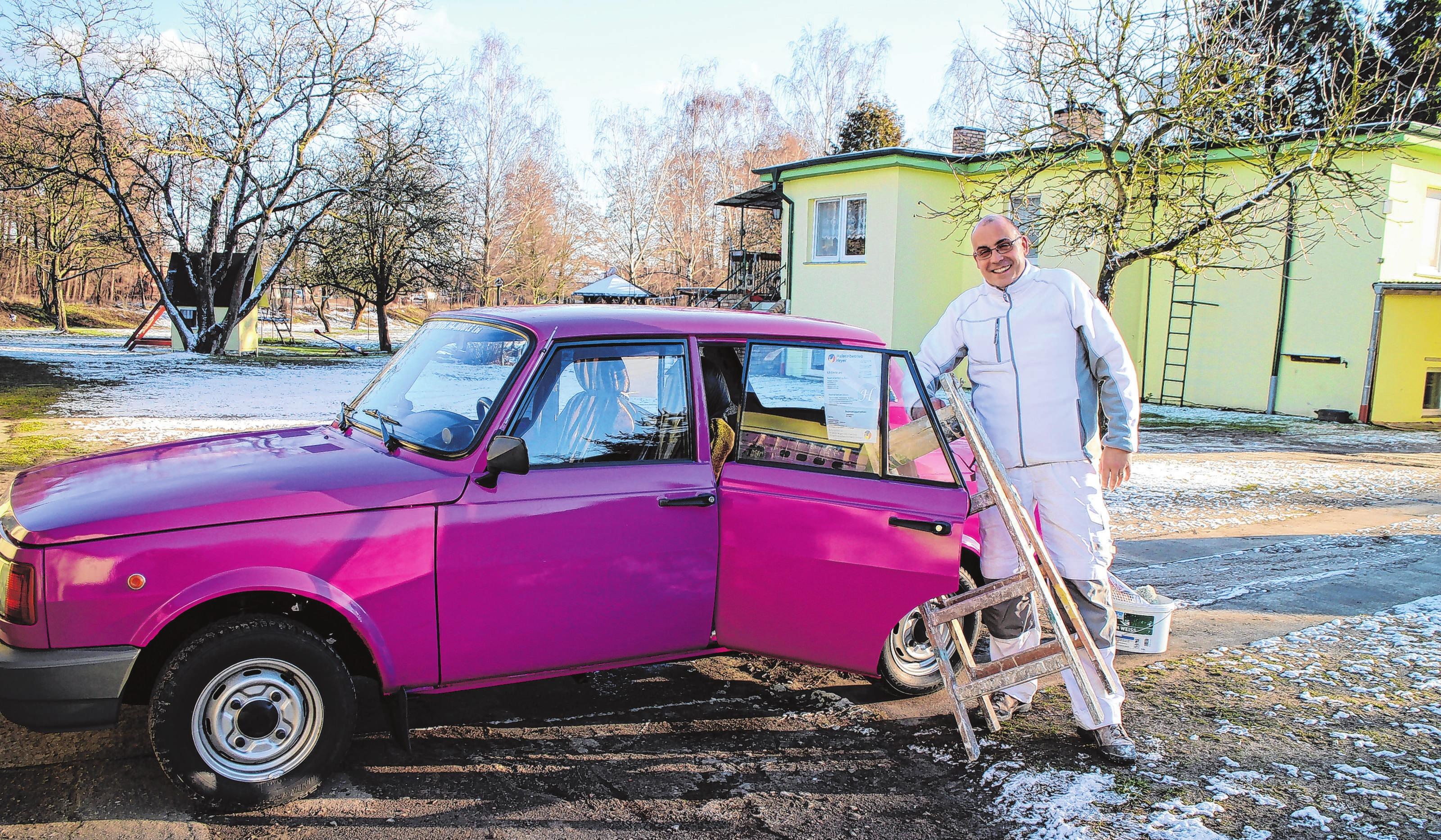 Hobby und Beruf: René Heyer ist Malermeister in zweiter Generation. Für die Fahrt zum Auftragsort nimmt der Wartburg-Fan gern den violetten Firmenwagen (Baujahr 1989). Die Rückbank hat er für den Transport einer Leiter ausgebaut. Foto: Anna Pröschild