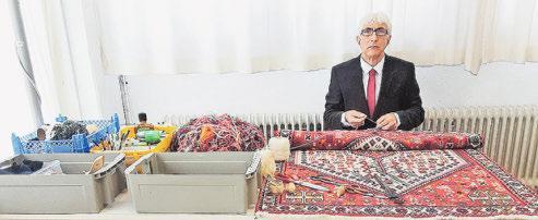 Ismael: Der Knüpfmeister ist einer der besten seines Fachs – seit 50 Jahren. Er verfügt über das notwendige Know-how, um alle Teppicharten durchzuführen. Er schneidet Fransen, festoniert und fasst Seiten ein.