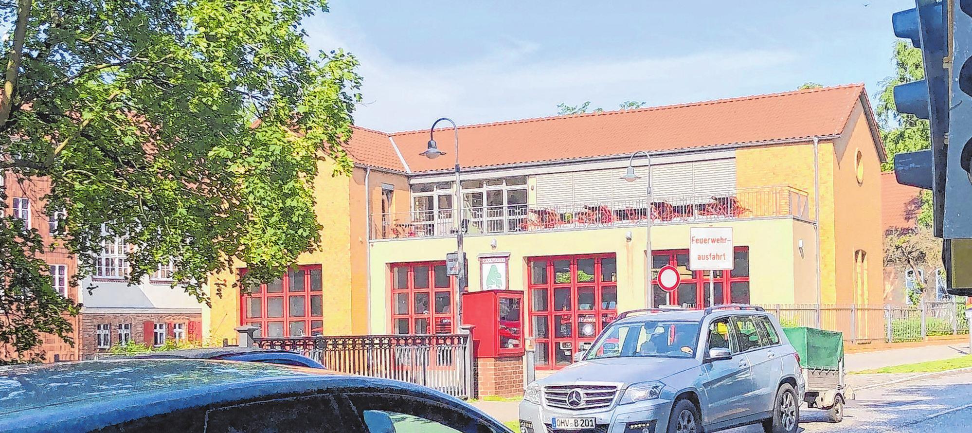 Das Gebäude der Freiwilligen Feuerwehr an der Hauptstraße. Aktuell steht hier eine Baustellenampel. Foto Liebezeit
