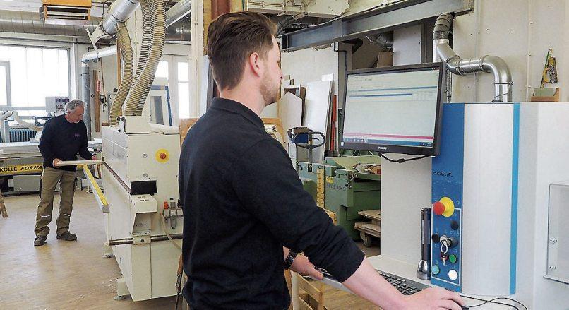 Wolfgang Göttler und sein Sohn Johannes in der Werkstatt des Familienbetriebes. Der Filius steht an der modernen CNC-Maschine. Bild: Karl-Heinz Kuball