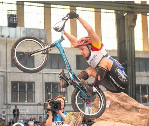 Während die Trial-Fahrer ihre Wettkämpfe im Jahn-Sportpark ausüben, sind die Triathleten zwischen Wannsee und Olympischem Platz unterwegs. FOTOS: JOKLEINDL (2), LEOZHUKOV.RU