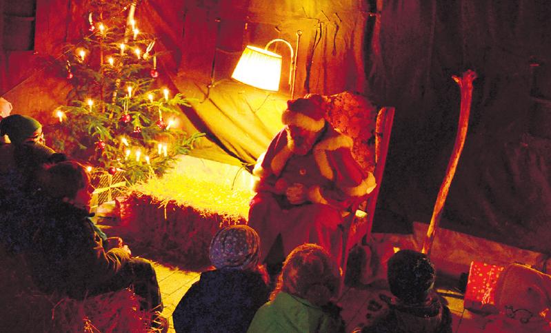 Spannende Geschichten gibt der Weihnachtsmann zum Besten.