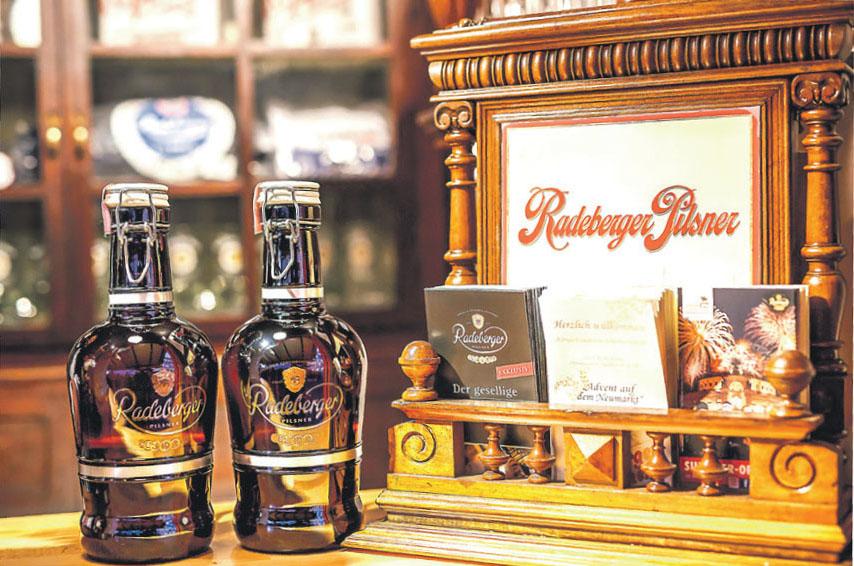 """Wer noch nach passenden Geschenken für die Bierliebhaber in der Familie sucht, ist in der """"Königlich-Sächischen Schankwirtschaft"""" genau richtig: Hier gibt's nachfüllbare Biersiphons."""