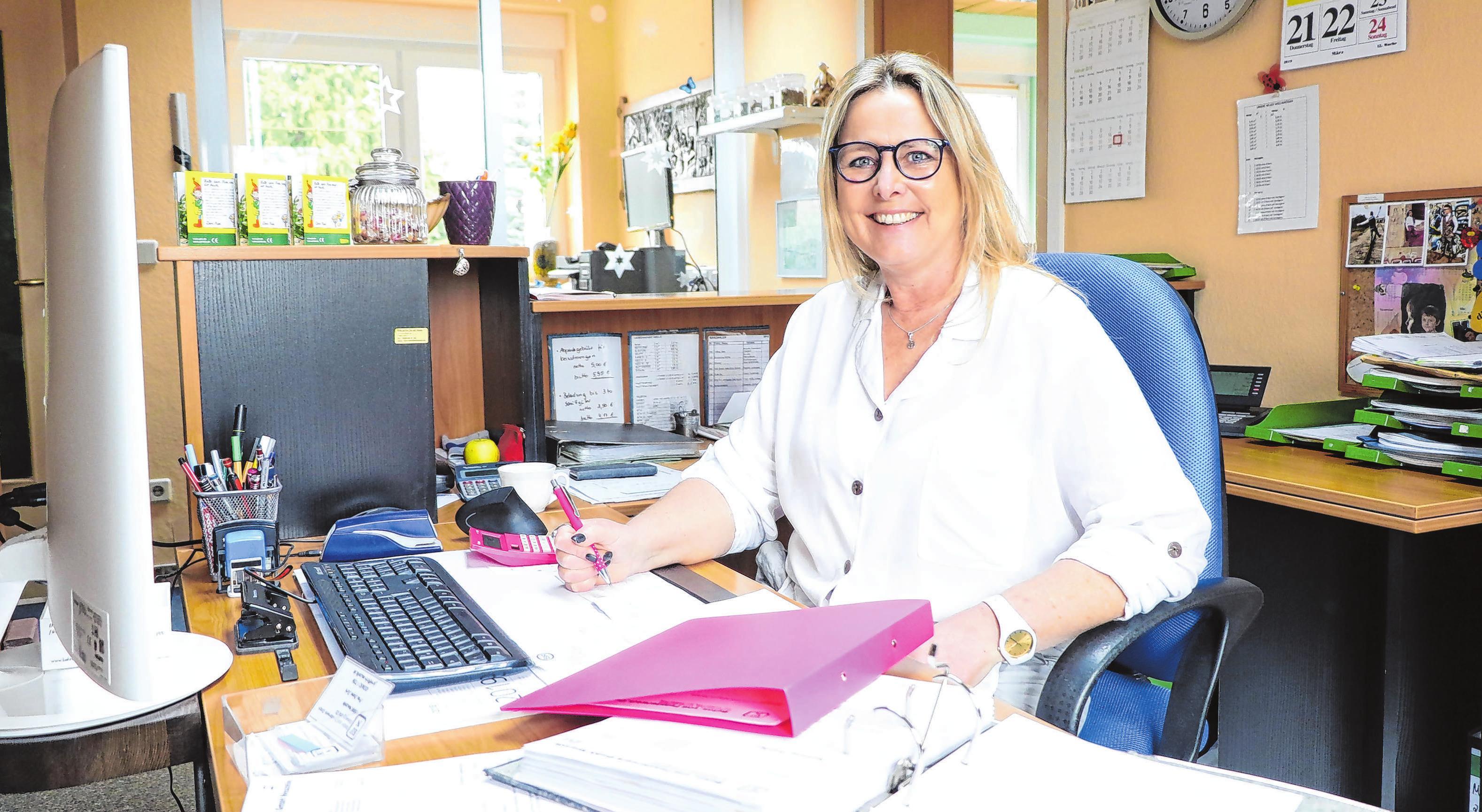 """Seit 14 Jahren unterstützt Diane Jurk als """"Mädchen für alles"""" das BFN Team. Sie ist erste Ansprechpartnerin für die Kunden. Zu ihren Aufgaben gehören die Beratung, das Erstellen von Angeboten und der Verkauf, sie löst Bestellungen aus und kümmert sich mit um die Buchhaltung. """"Ich arbeite sehr gerne hier. Meine Tätigkeit ist sehr abwechslungsreich und ich kann eigene Ideen einbringen"""", sagt Diane Jurk. Besonders freut es sie, dass sie Anteil daran hat, """"den Fortschritt ins Büro zu holen"""", wie sie bezugnehmend auf die Digitalisierung erzählt. Dass sie und ihre Chefin die einzigen Frauen im Unternehmen sind, stört sie keineswegs. Im Gegenteil. Diane Jurk lobt das """"sehr angenehme Betriebsklima"""". """"Ich wünsche mir, dass es noch viele Jahre so weiter geht.""""Fotos: Anne Bennewitz"""