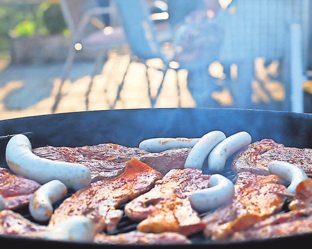 Die Gastronomen bieten auch leckere Grillspeisen an. Foto: Pixelio.de, Sturm