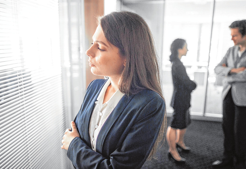 Schweigen und Ausweichen ist der falsche Weg: Kollegen in Trauer sollte man besser mit kleinen Gesten der Wahrnehmung unterstützen. Foto: Klaus-Dietmar Gabbert/dpa-mag