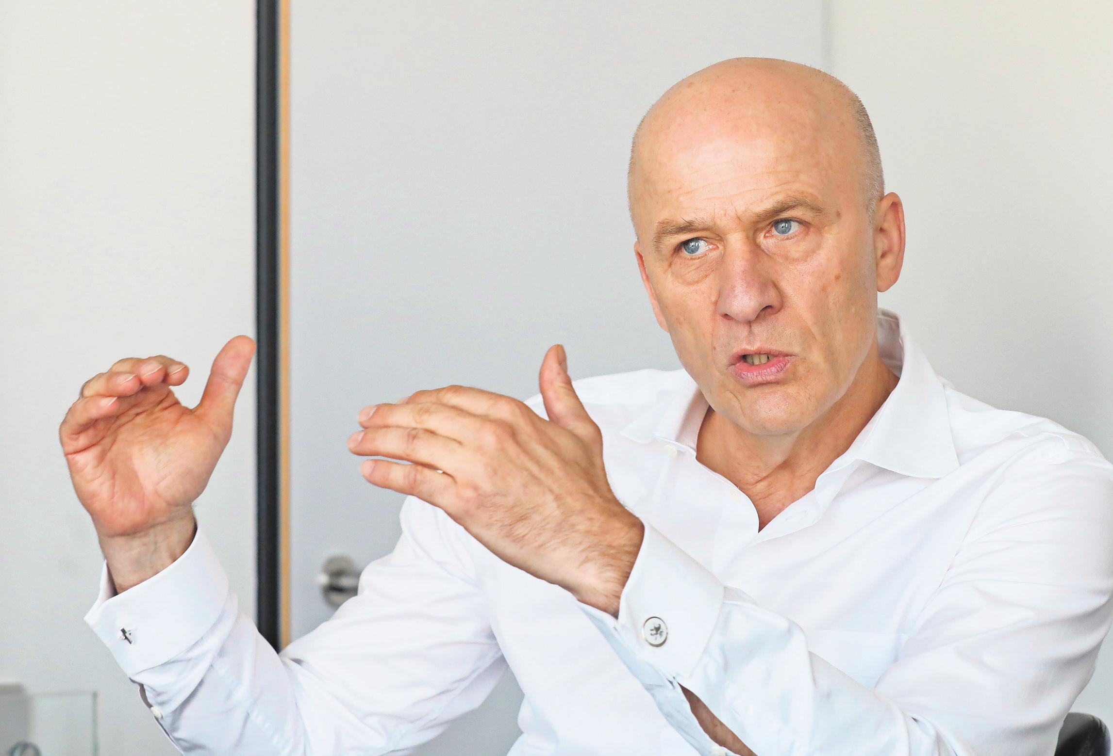 Der Chef: Seit April 2018 ist VW-Finanzvorstand Frank Witter Aufsichtsratsvorsitzender der VfL-Wolfsburg-Fußball-GmbH und damit quasi oberster VfLer. Als Fußballer war er von 1979 bis 1981 für den OSV Hannover in der 2. Liga Nord aktiv.