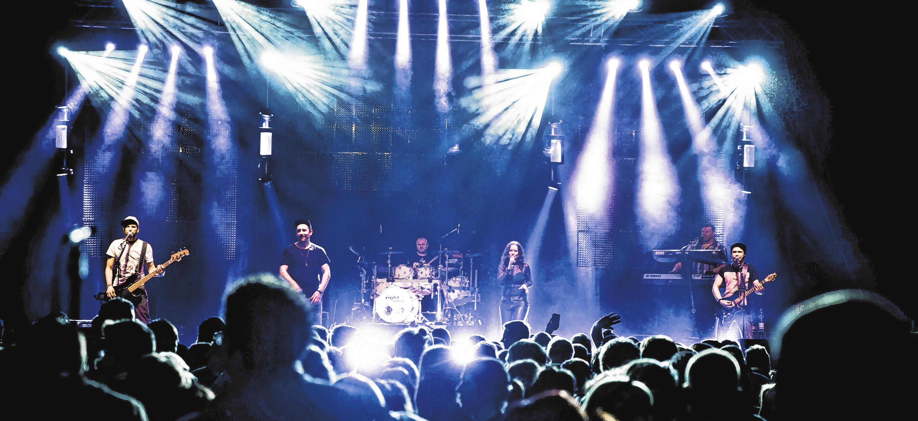 """Stargäste am Sonnabend: Die Band """"Right Now"""" rockt das Festzelt. Foto: Agentur"""