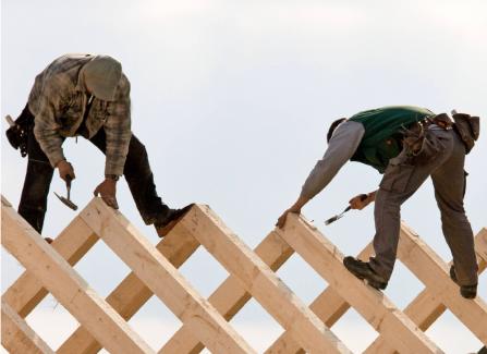 Zimmerer und Dachdecker bauen und renovieren mit Holz. Foto: dpa
